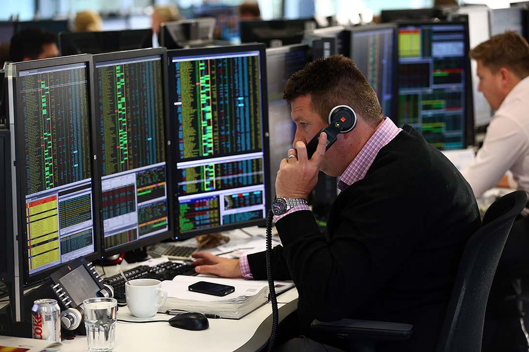 圖為英國倫敦一名股票經紀正在觀看股票市場動態。