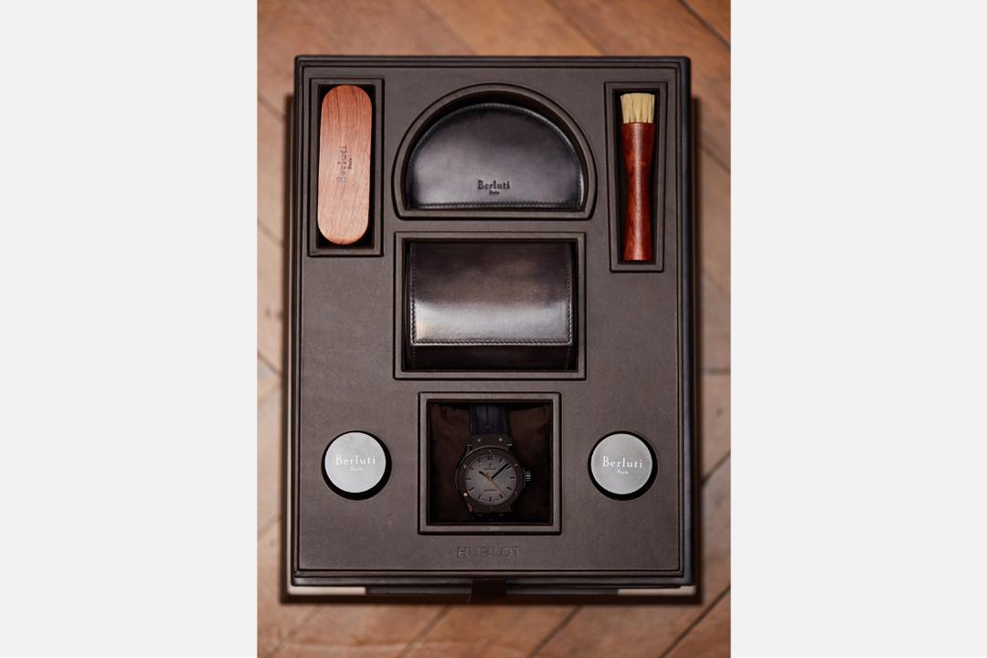 Hublot與Berluti合作聯創款Classic Fusion Berluti All Black錶盒,像鞋盒一樣的大小,是設計師精心安排的概念。