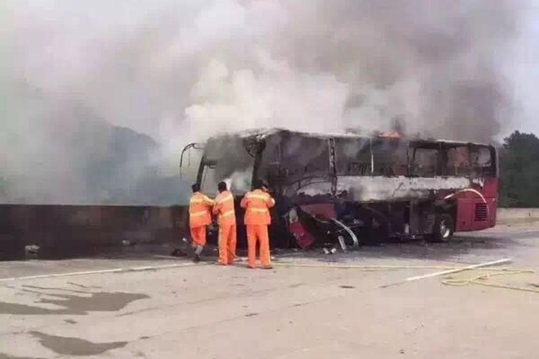 湖南省宜章縣,一輛客運大巴車行駛到宜鳳高速起火。
