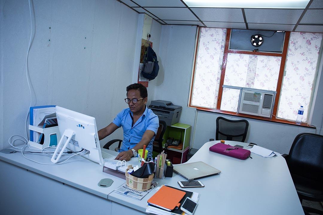 Magar 辦公室的寫字檯和他的兩台筆記本。