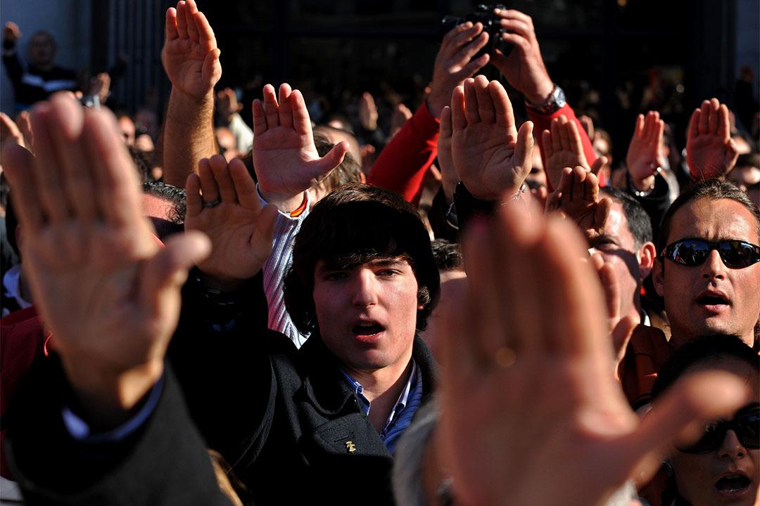2009年11月22日,西班牙長槍黨前領袖、獨裁者弗朗西斯科·佛朗哥三十四周年死忌,長槍黨成員當日在紀念活動上致法西斯敬禮。