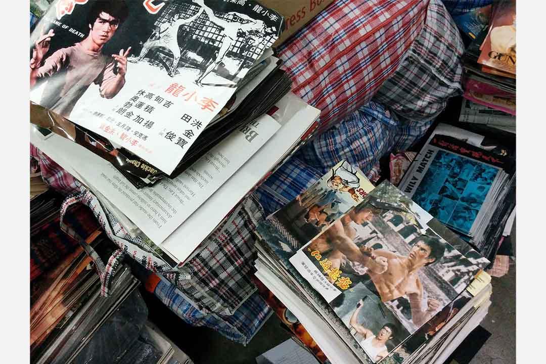 洪拳工廈單位內,堆滿李小龍和港產功夫片當年的東南亞和海外宣傳本事及海報。