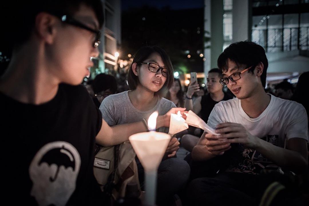 學生出席在港大舉辦的六四晚會。