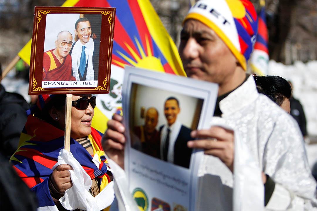 圖為2010年西藏人聚集於白宮前手持奧巴馬和達賴喇嘛的合照。