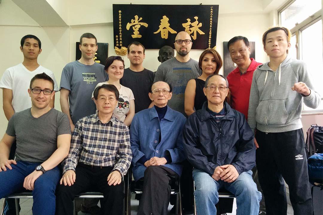 Alex Richter(前排左一)帶領美國學員到香港詠春體育會,拜訪跟隨葉問二十年的唐祖志師傅(前排正中)。北京詠春拳學總會前年曾跟央視導演來此拍攝節目。