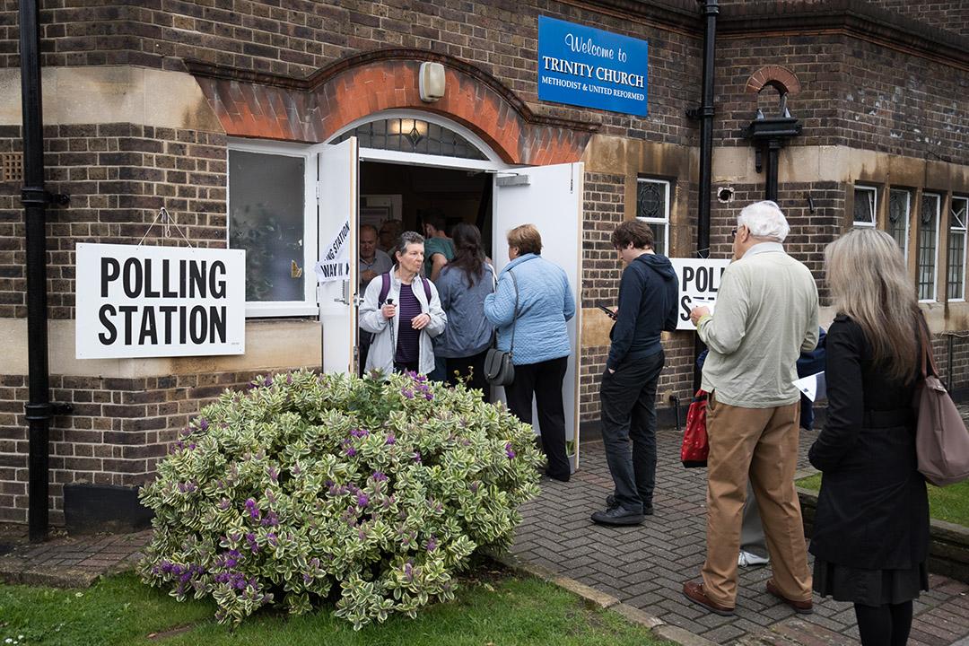 選民在門外排隊進入票站投票。