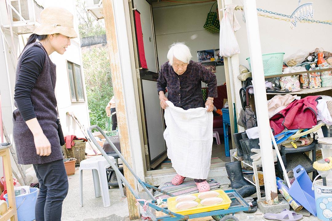 陳凱珊協助高婆婆處理剛弄好的年糕。