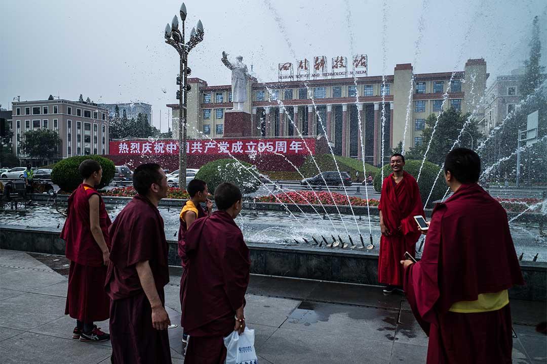 一群喇嘛在四川科技館前拍照。