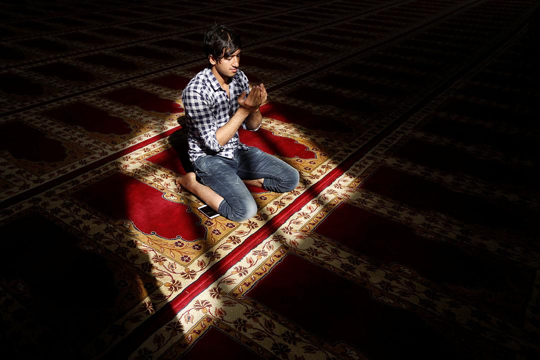 一名穆斯林齋戒月期間在清真寺祈禱。