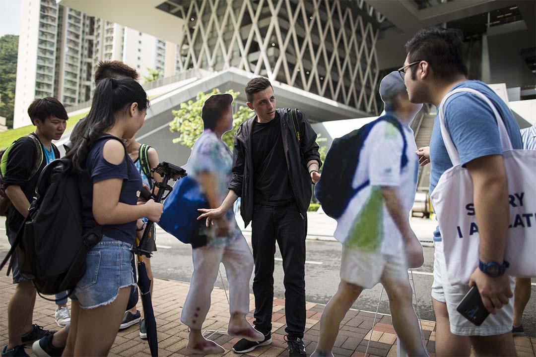 Paolo Cirio 與香港知專設計學院學生討論他的作品。