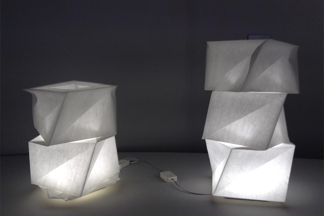 受《陰翳禮讚》的靈感啓發,日本設計師三宅一生為品牌推出以「陰翳」(IN-EI)為名的燈飾系列作品。
