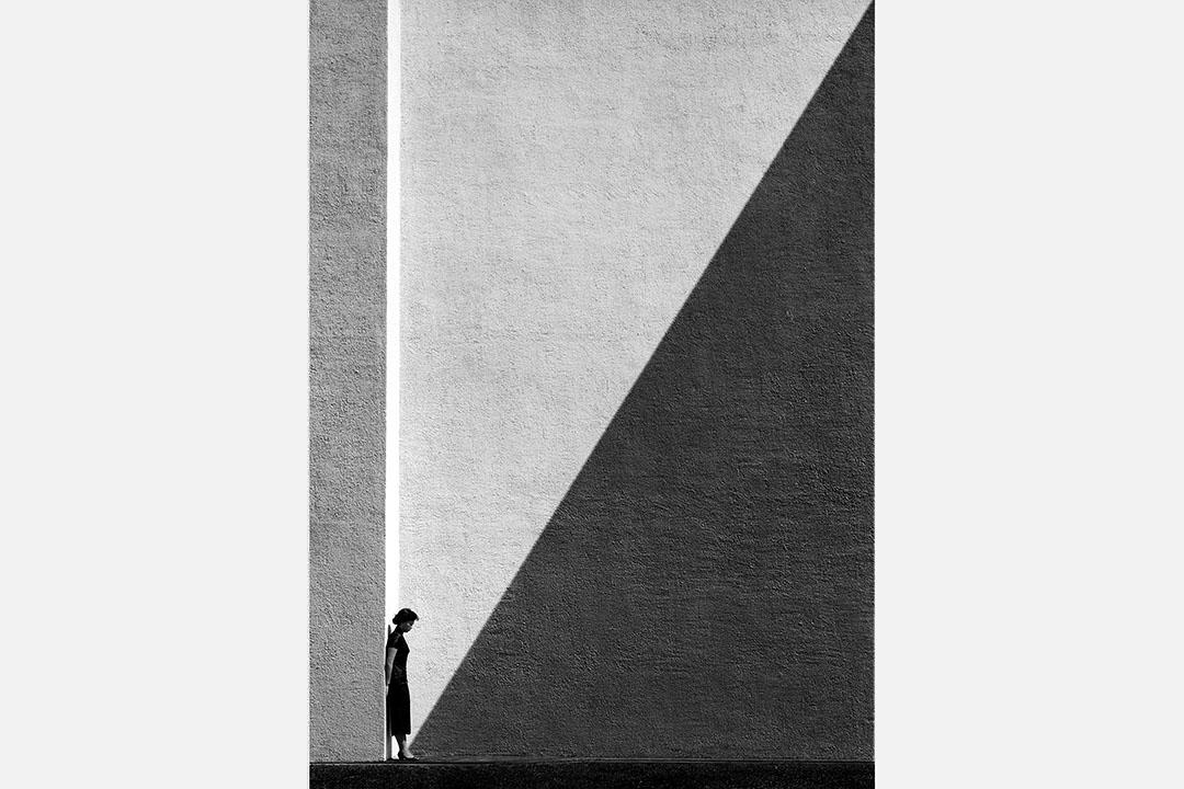 何藩在1954年完成的一幅經典名作《陰影》(明膠銀鹽原相)以HK$ 375,000成交,創下這位藝術家的拍賣記錄。