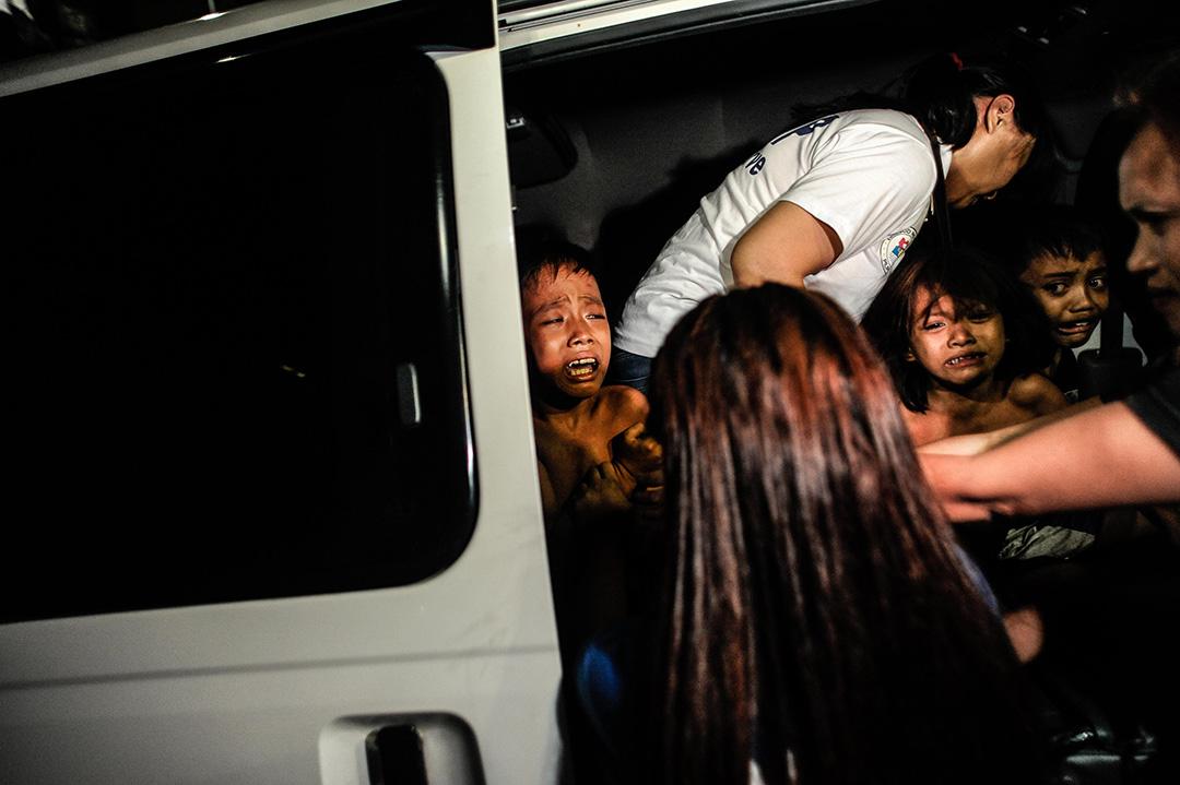 2016年6月8日,菲律賓馬尼拉,未成年人宵禁時份,警方與社工正圍著幾個小孩。