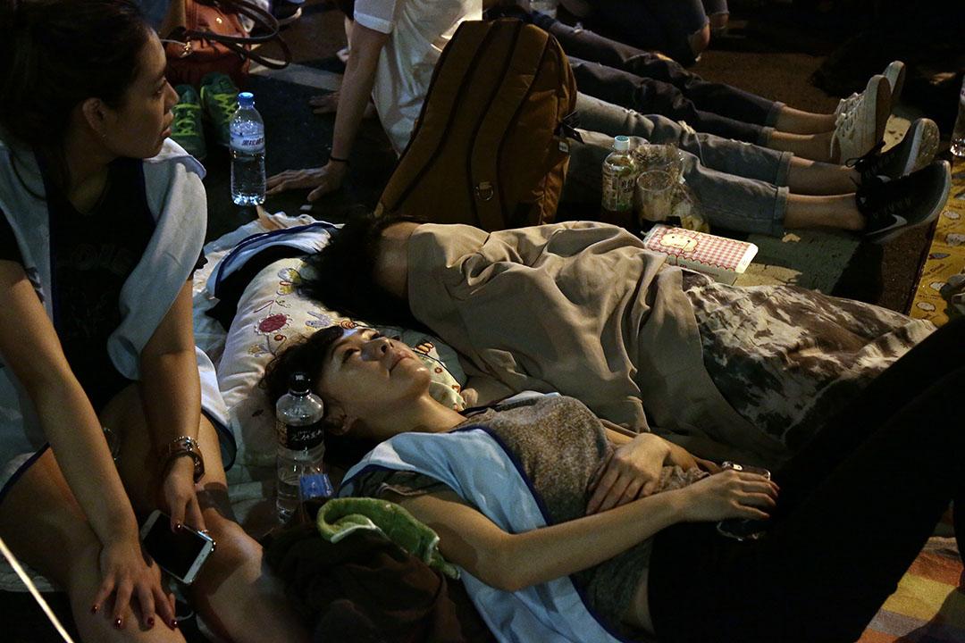 留在現場過夜的空服員們,躺在墊子上等待天明。