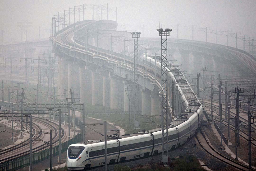 圖為上海高鐵駛離車站。