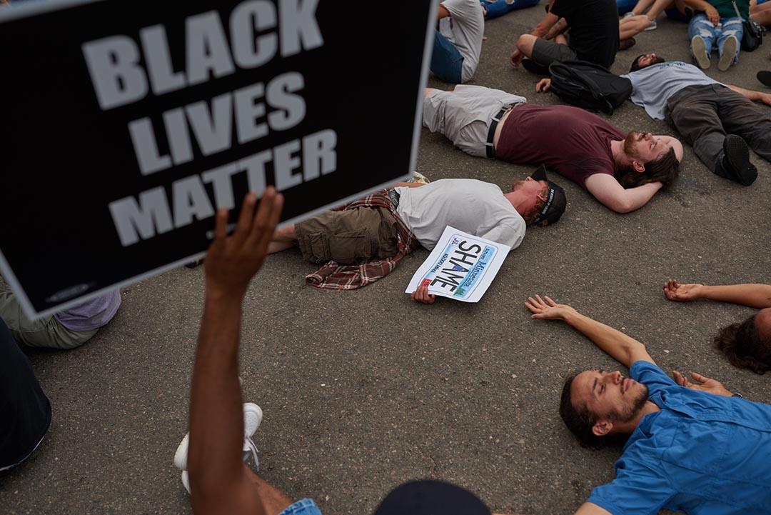 明尼蘇達州市民走上街頭示威。