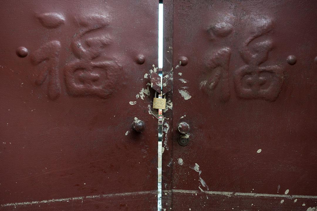 邢台市大賢村,洪水到來當晚李壽芳和高素革兩夫婦逃生時走到鄰近一個地台較高的房子求救,當時門鎖著,兩夫婦抓著門的把手拍門,把手仍留著他們的手印。