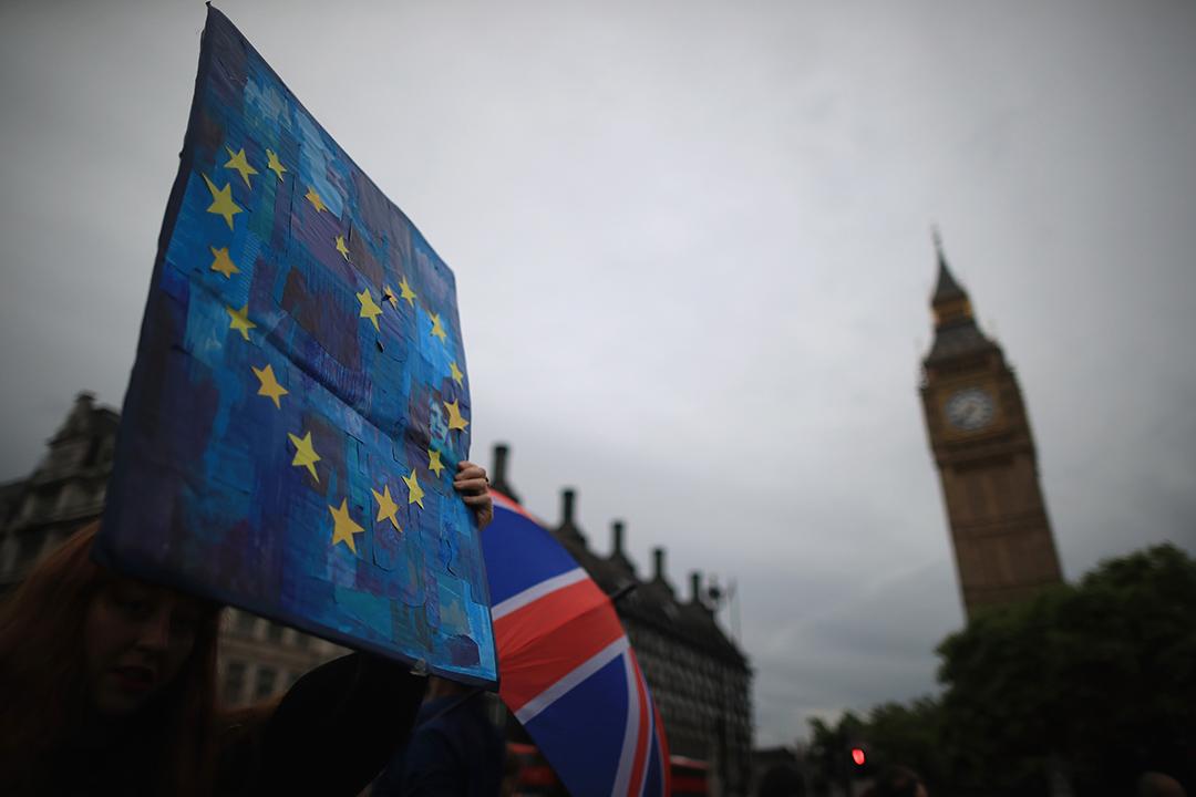 較早前,支持留歐的示威者於公投結果出現後,聚集於國會所在地西敏寺,表示反對公投結果,要求舉行第二次公投。