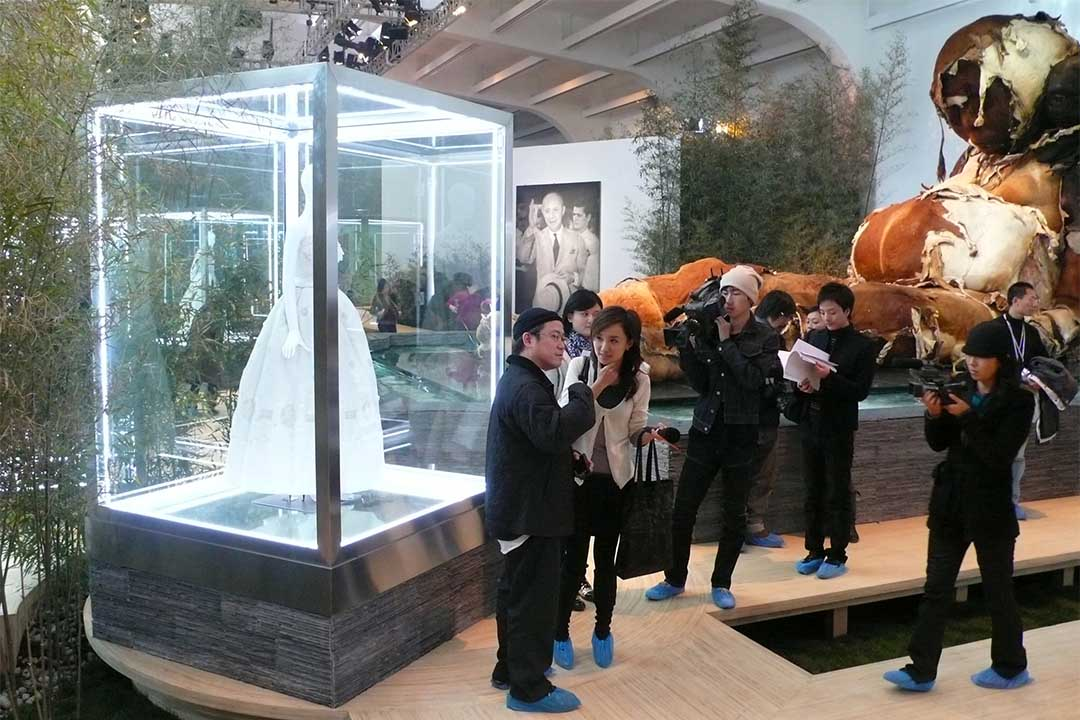 08年底「迪奧與中國藝術家」開幕前一天,我因需要為夏永康訪問拍照,當時他為Dior拍時裝大片,我便偶然撞入,遇上正為媒體講解展場設計的葉錦添。