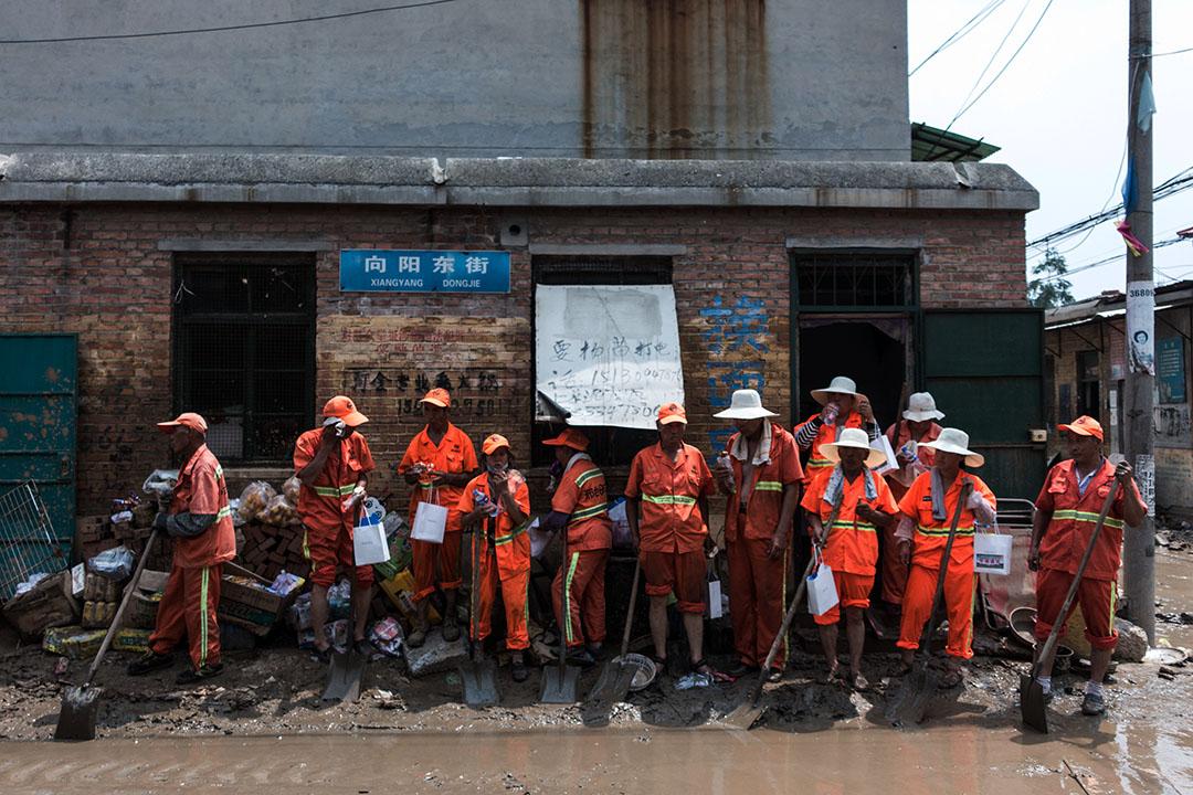 邢台市大賢村,清潔工到場幫忙清理路上泥濘和雜物。