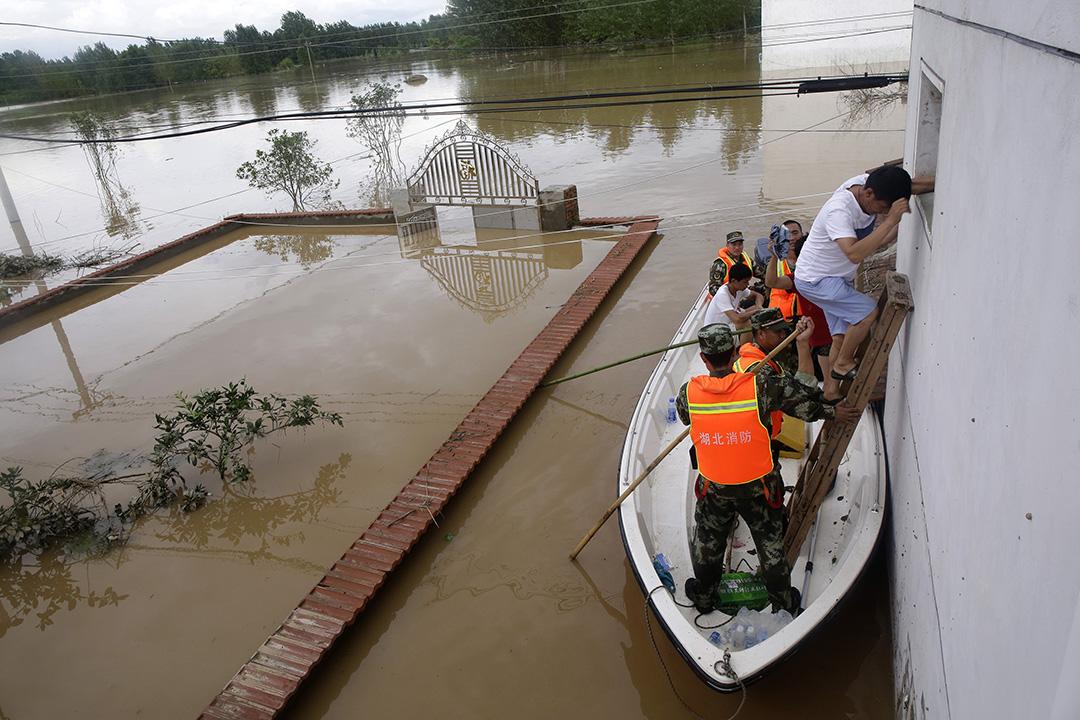 中國武漢,河水缺堤淹沒了武漢一條小村莊,救援人員正在撤離村民。