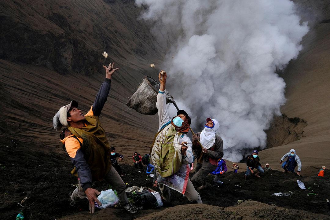 2016年7月21日,印度尼西亞,印尼騰格爾族民眾向山神達尼亞-卡薩達(Yadnya Kasada)致意,把貢品投入火山口求保佑。