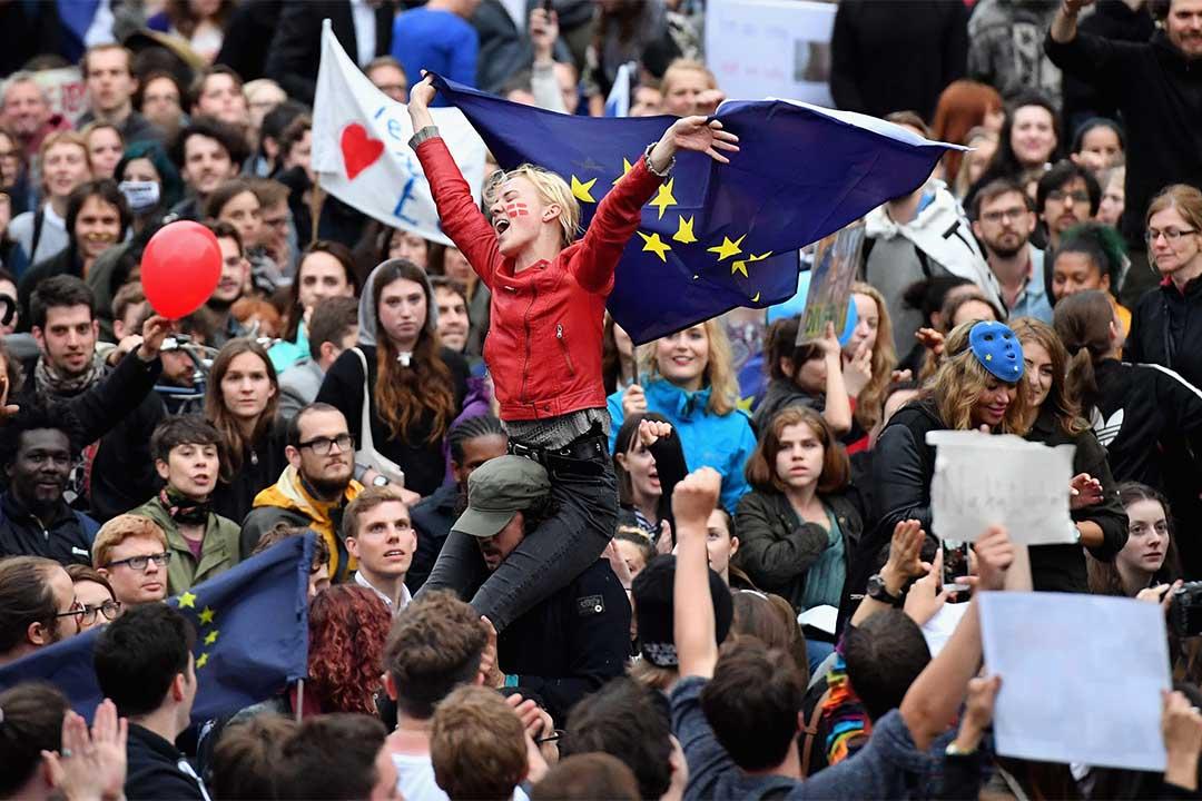 2016年6月28日,英國倫敦,示威者在國會大厦外抗議公投脫歐結果。
