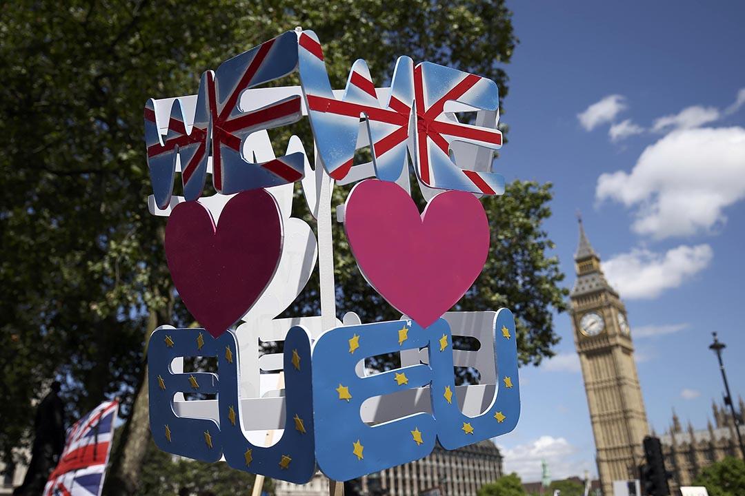 民眾拿着一件「我愛歐盟」的示威道具。