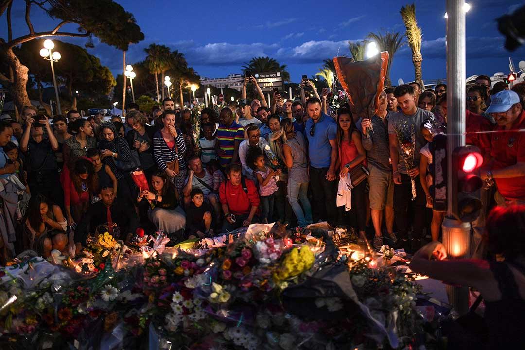 2016年7月15日,法國尼斯,人們到恐襲事件的發生地點悼念死者。