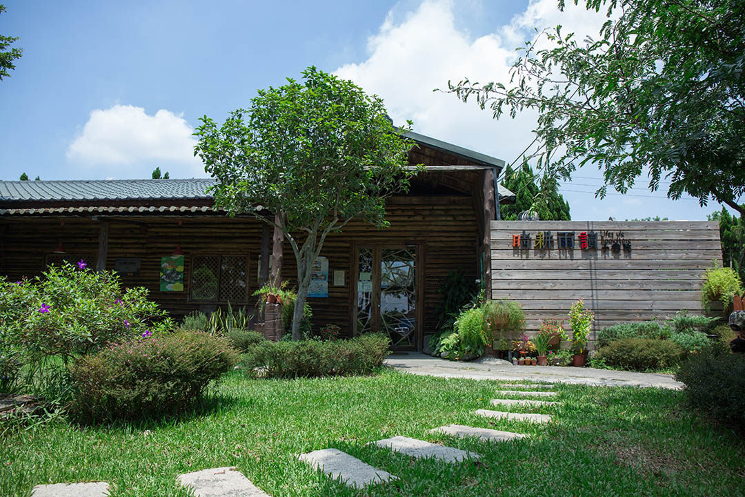 位於平鎮的晴耕雨讀小書院,戶外有一大片綠地十分適合放空。