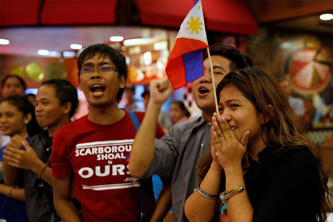 2016年7月12日, 曾被中國海岸警衛隊阻止登上黃岩島的菲律賓青年知道仲裁結果後歡呼。