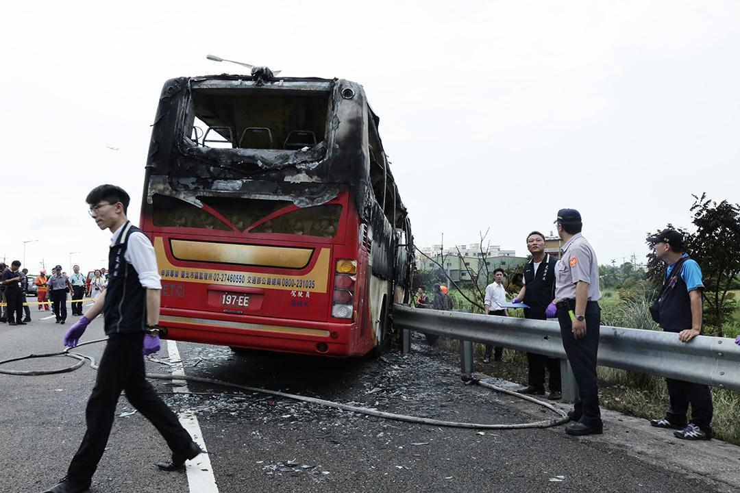 7月19日中午,台灣國道二號機場聯絡道西向2.8公里處發生遊覽車撞擊路邊護欄後起火事故,導致車上26人全部遇難,警方和消防人員在現場調查。