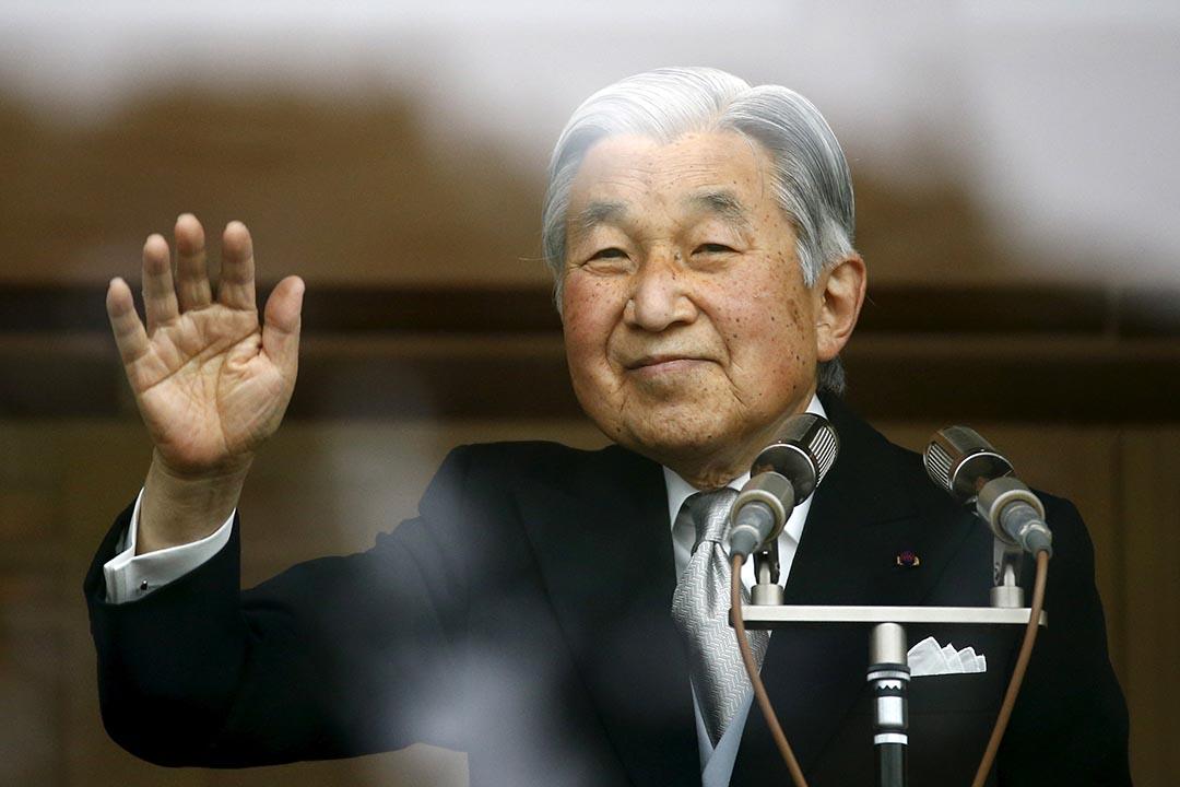 日本明仁天皇顯示出將天皇皇位讓位給皇太子的「生前退位」的意向,宮內廳否認。