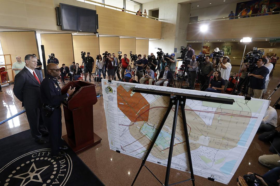 達拉斯槍擊案後,警方舉行記者會。