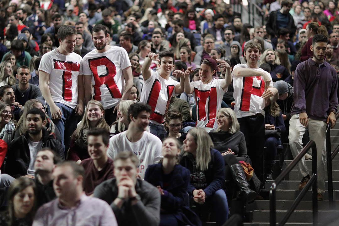 自由大學學生穿著自製的特朗普上衣等待特朗普的到來。