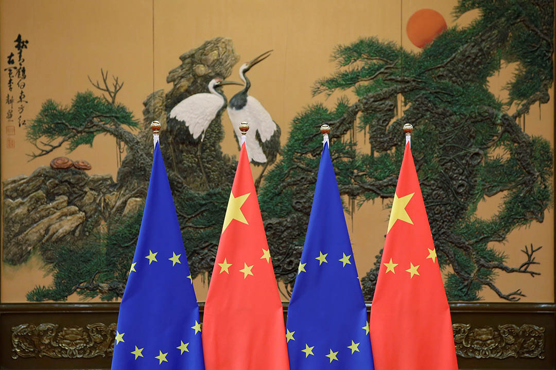 圖為歐盟旗幟與中國國旗。