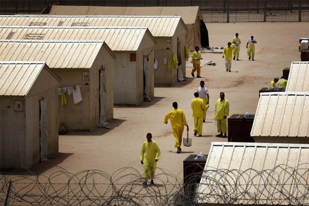 圖為2008年5月20日,伊拉克囚犯在美軍監獄布卡營(Camp Bucca)內散步。