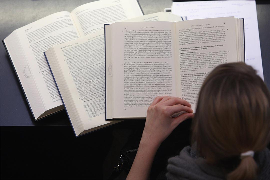 自然雜誌刊文批學術期刊影響因子不合理。圖為德國一個學生在溫習。