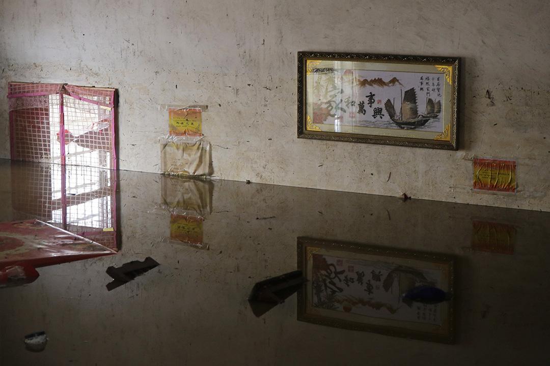 中國武漢,河水缺堤,一名村民的家被淹沒。