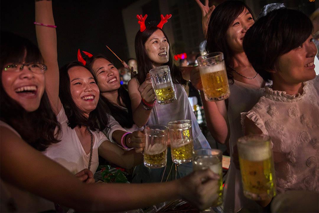 「男性捕獵女性」,可說是今天社會權力結構產生的一種對兩性關係的刻板印象。此刻板印象將女性想像成一群獵物,處於被動狀態,而男性則是主動出擊的獵人。圖為青島一群女性在國際啤酒節活動中聚會。