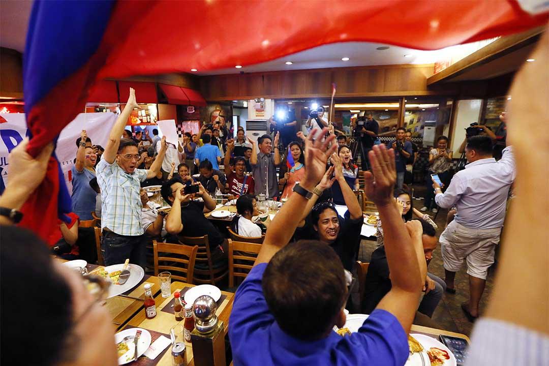 2016年7月12日,菲律賓人在得悉南海仲裁結果後鼓掌。