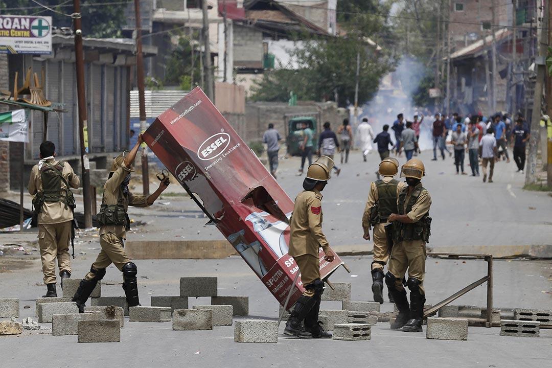印度警察移除示威者架設的路障。