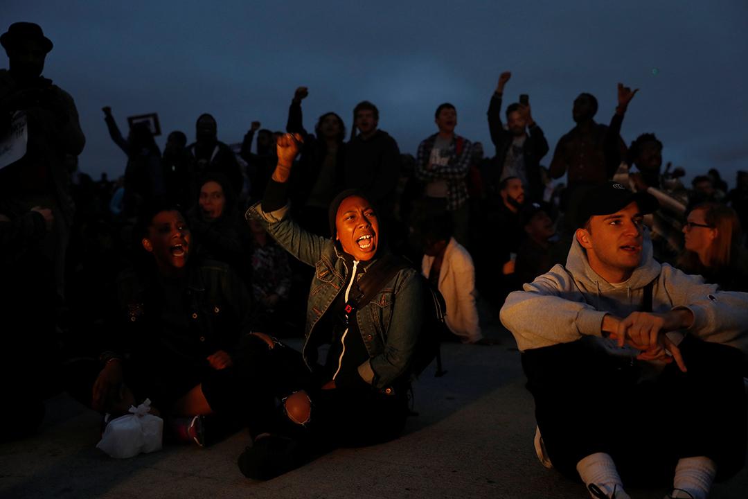 示威者在加州奧克蘭880公路抗議。