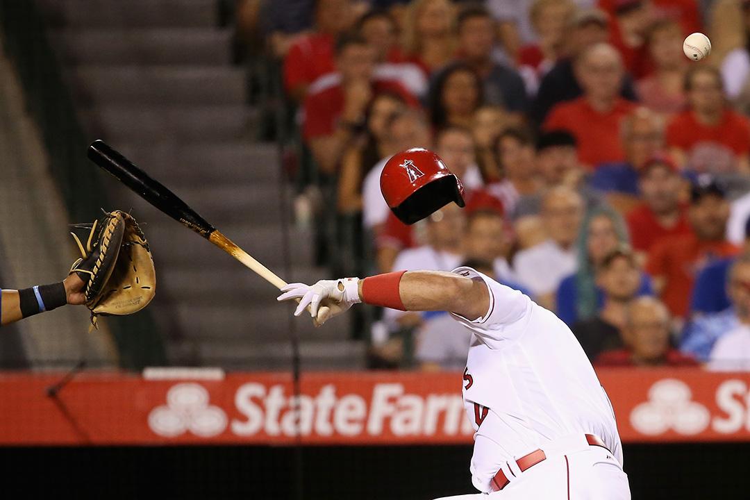 2016年7月19日,加利福尼亞州,一名棒球員在比赛中被棒球擊中。