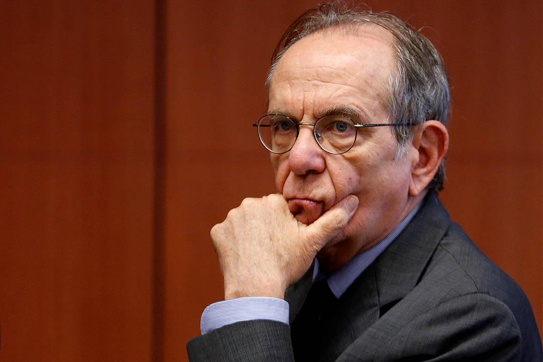 國際貨幣基金組織警告意大利將面臨長達20年的經濟衰退。圖為2016年7月11日,意大利財政部長帕多安在比利時布魯塞爾等待與歐洲多國財長進行會議。