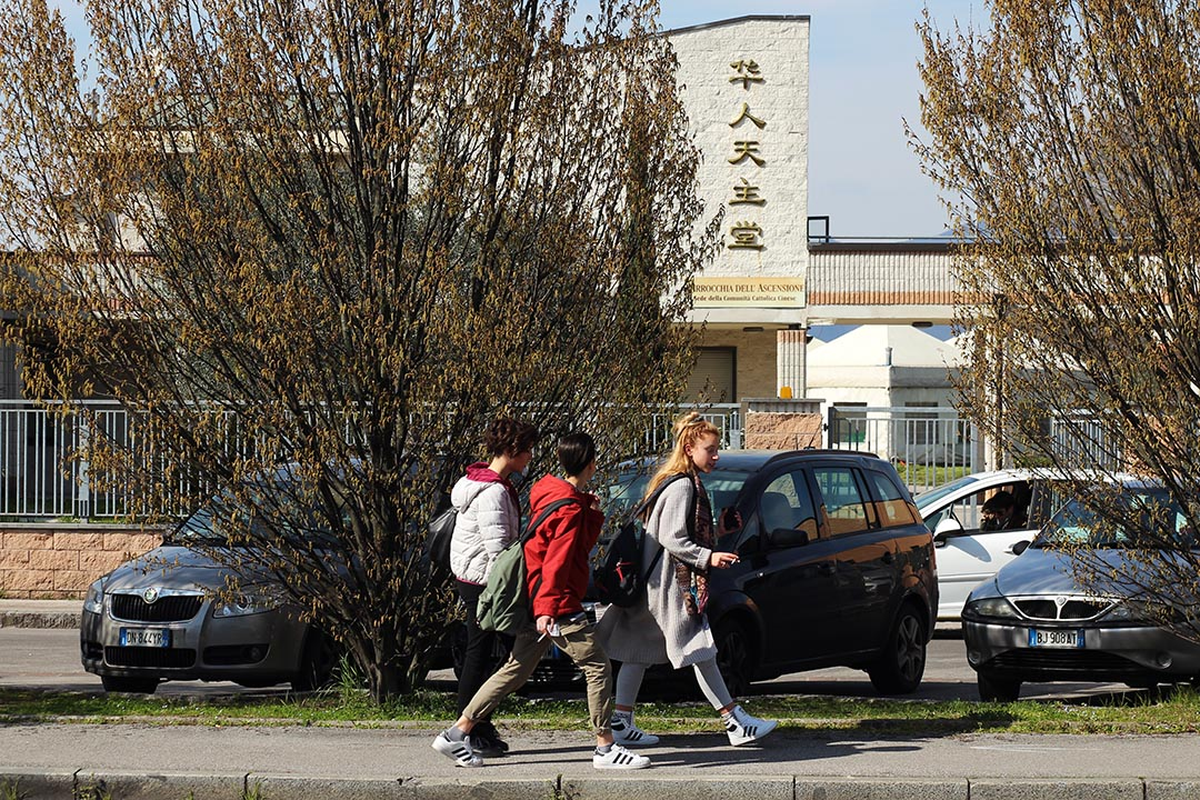 放學的意大利孩子嬉笑着走過華人天主教堂,該教堂與當地意大利人共用。