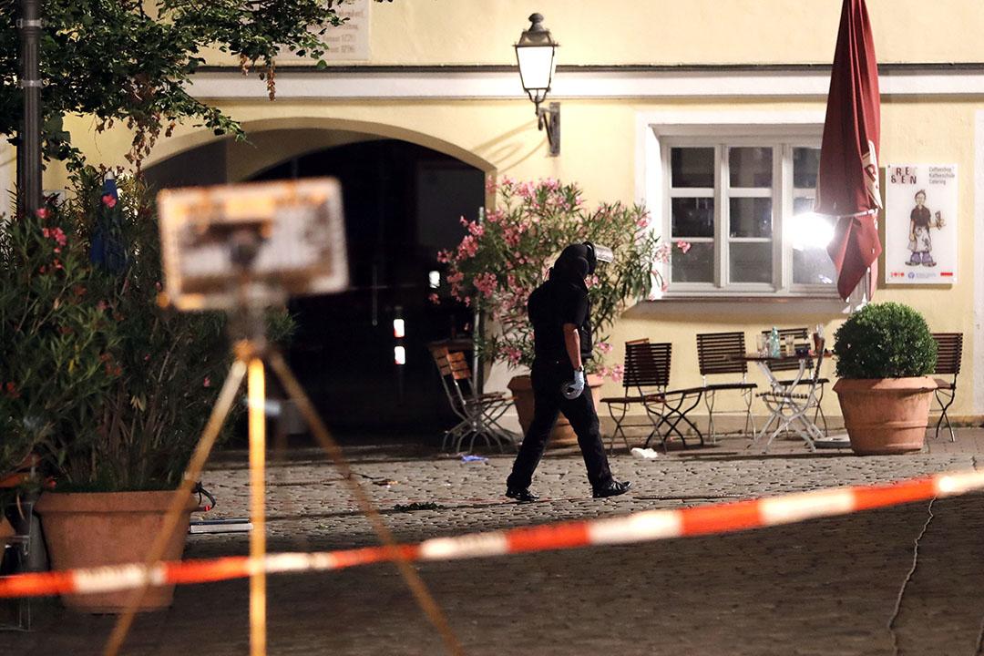 爆炸後警察在事發現場進行調查。