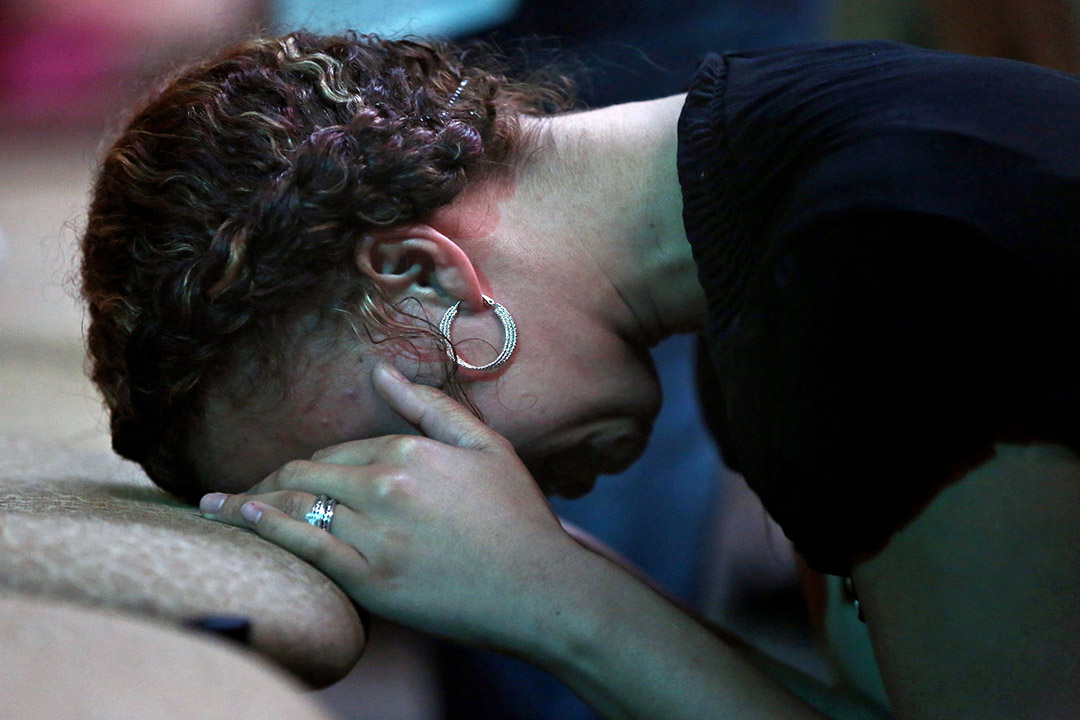 弗吉尼亞州漢普頓市民為多宗槍擊死者祈禱。