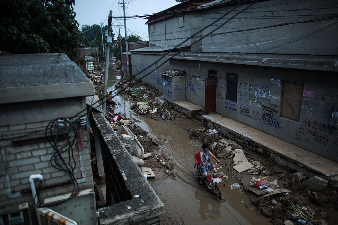邢台市大賢村,村民經過泥濘路。