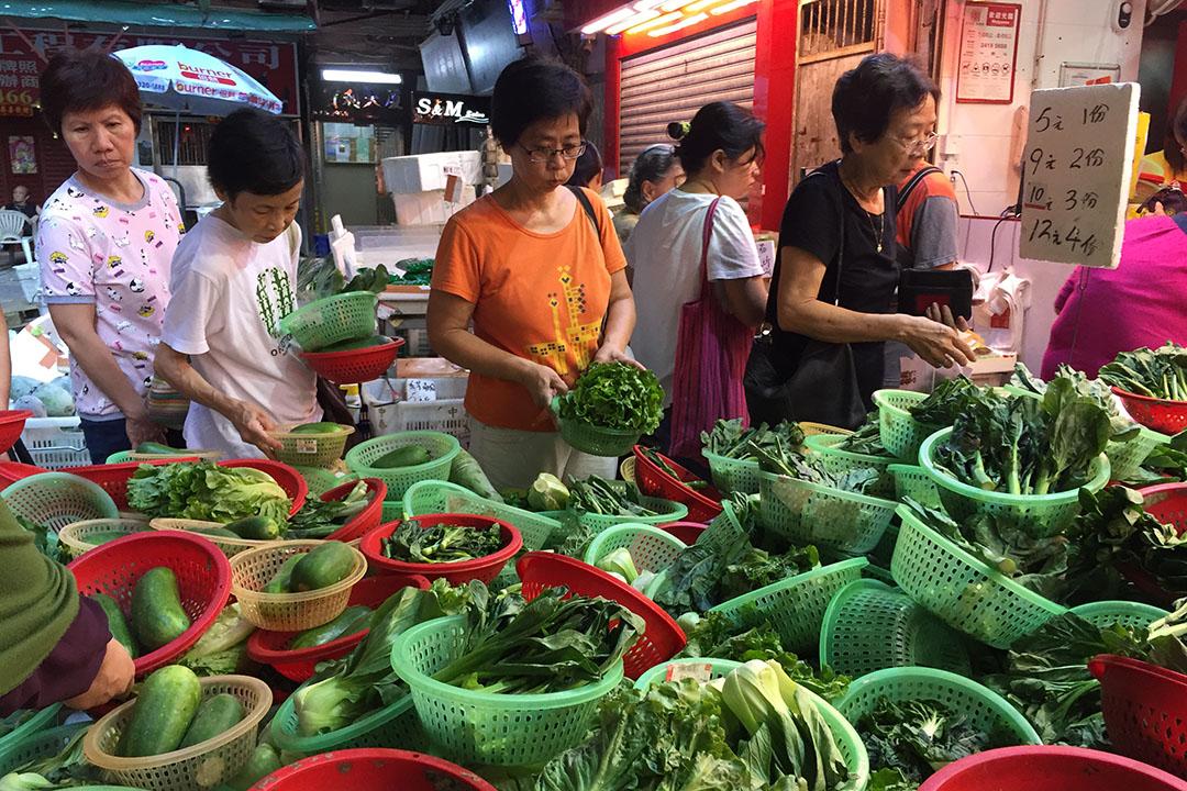 市民在街市選購食物。